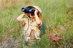 14874064-ゲーム-エクスプ-ローラーのふりをする冒険サファリ屋外双眼鏡とブッシュの帽子と若い男の子の子供